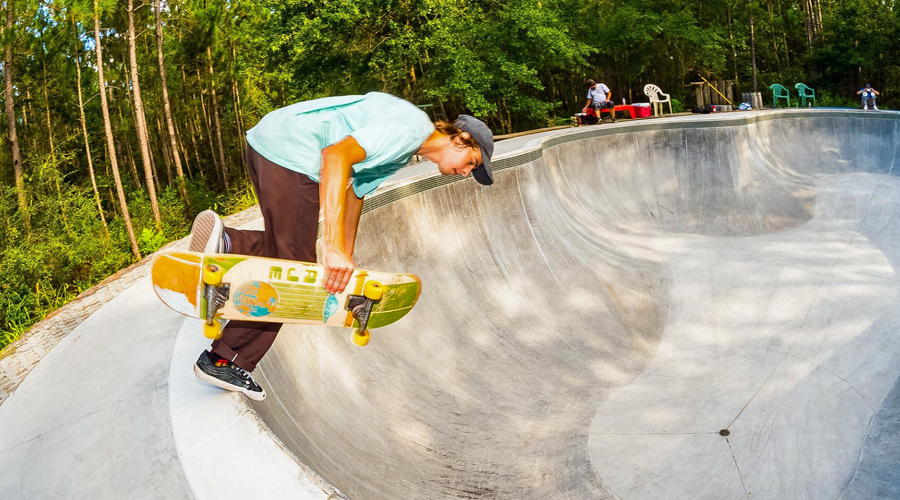 Scott Cave Jr skating a pool - photo by Eric Barlow